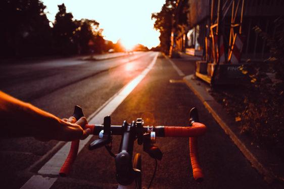 Przykład pasa dla rowerów wyznaczonego w jezdni