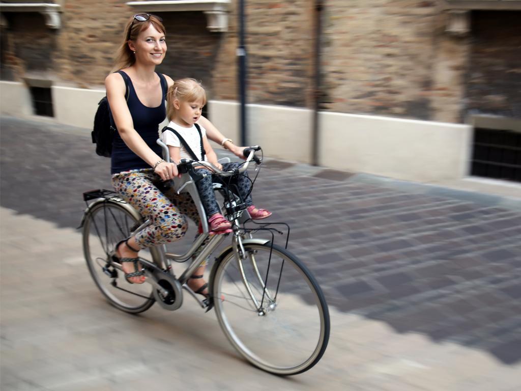 Jazda z dzieckiem na rowerze w foteliku montowanym z przodu sprawia, że mamy z nim bardzo dobry kontakt