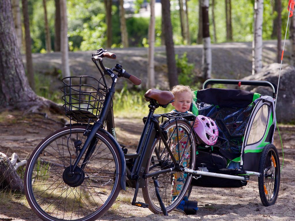Jazda z dzieckiem na rowerze w przyczepce rowerowej jest dużo bardziej komfortowa niż w foteliku