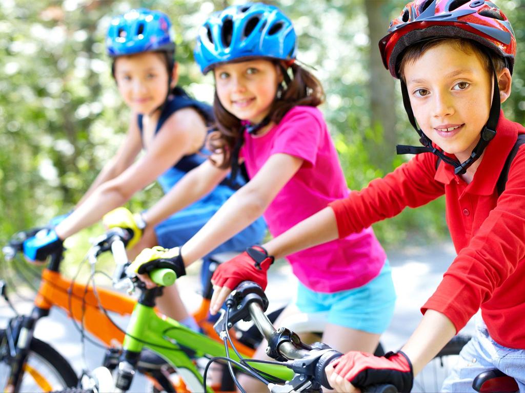 Odpowiedzialni rodzicę nie powinni pozwolić na jazdę ich dzieci na rowerze bez kasku