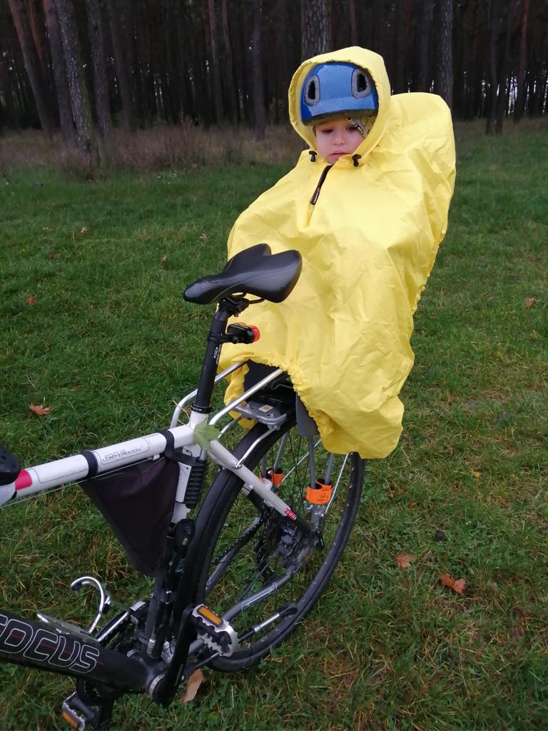 Jazda na rowerze w deszczu z taką peleryną przestaje być problemem
