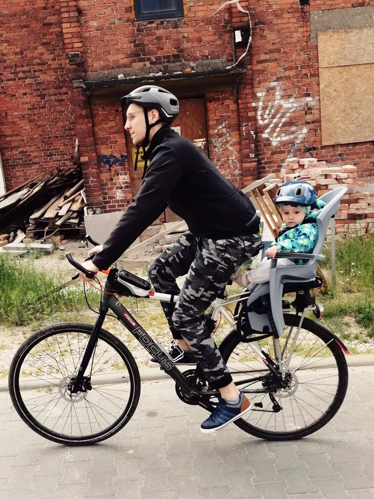 Jazda z dzieckiem na rowerze to wspaniały sposób na spędzanie wolnego czasu i wzmacnianie więzi