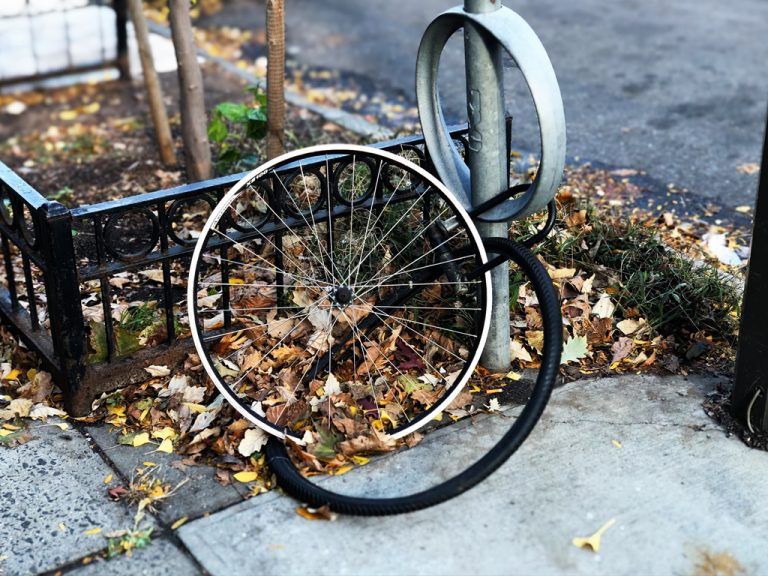 Tyle zazwyczaj zostaje z roweru przypiętego jedynie za koło