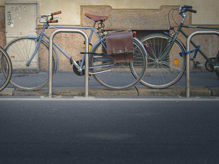 Tak powinny wyglądać prawidłowo przypięte rowery do stojaka