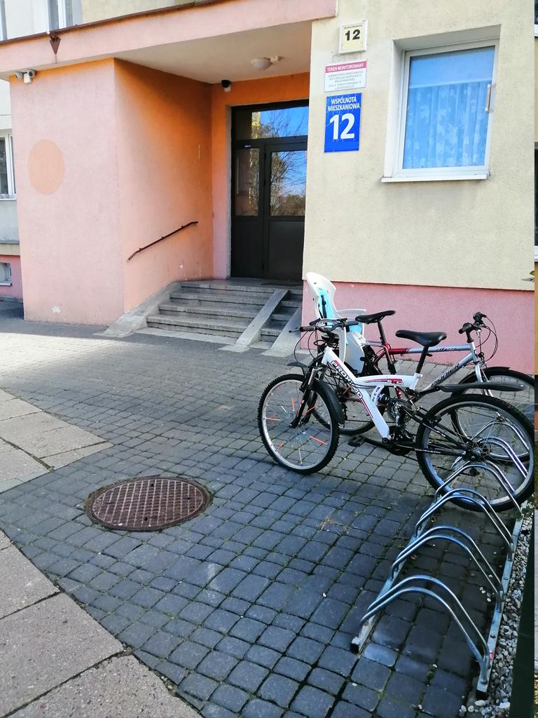 Problemy rozwoju infrastruktury rowerowej związane są między innymi ze stawianiem wyrwikółek zamiast porządnych stojaków rowerowych