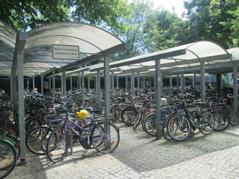 Duży parking rowerowy ze stojakami U-kształtnymi