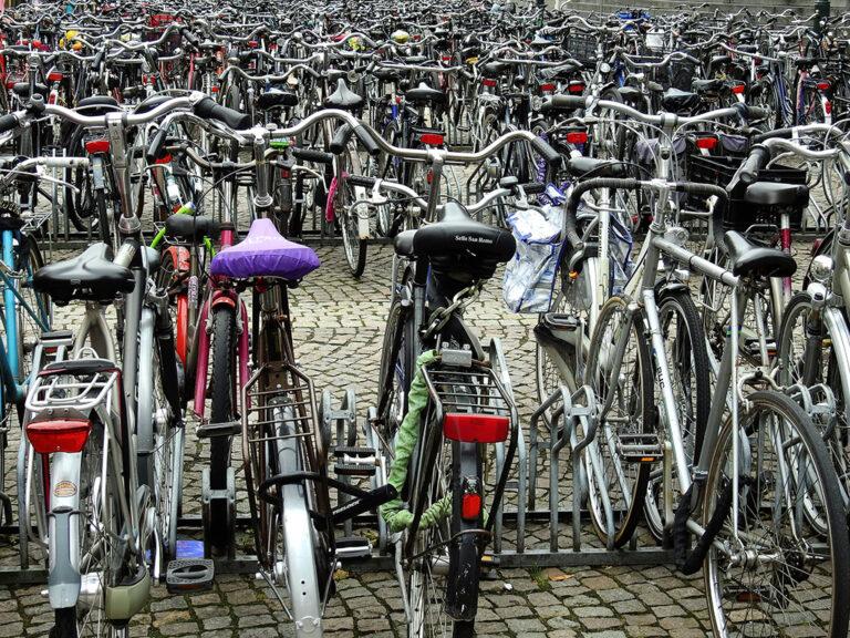 Dlaczego wyrwikółka są złe? Bo ciężko upchnąć rowery obok siebie.