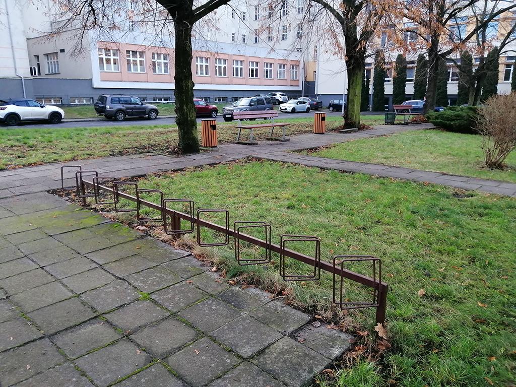 Parkingi rowerowe bydgoskich placówek medycznych - wyrwikółko przy Bibliotece Medycznej CM UMK