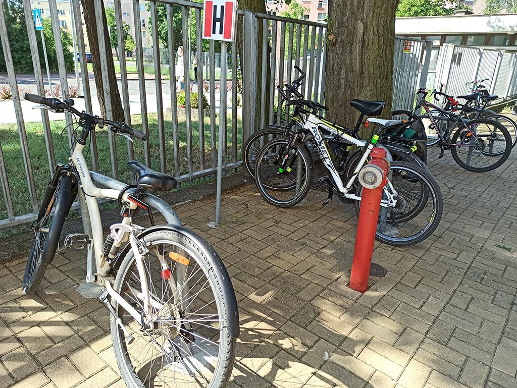 Parkingi rowerowe bydgoskich placówek medycznych - stojaki U-kształtne od strony ulicy Jurasza