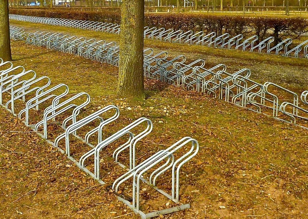 """Parkingi rowerowe – dlaczego """"wyrwikółka"""" są złe?"""